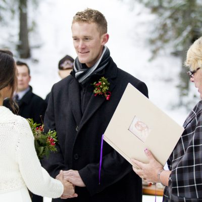 Alpine-lodge-Wedding-close-upo